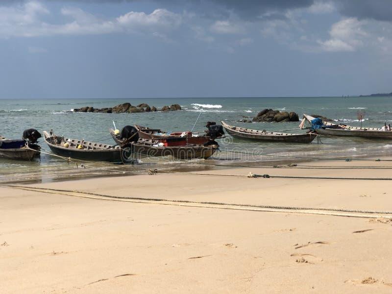 Океан песка утеса кроны неба пляжа шлюпки солнечный стоковая фотография rf