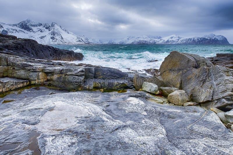 Океан реветь около скалистого берега живописных островов Lofoten в Норвегии на весне стоковая фотография