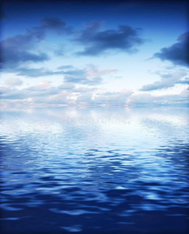 Океан с затишьем развевает предпосылка с драматическим небом стоковые изображения