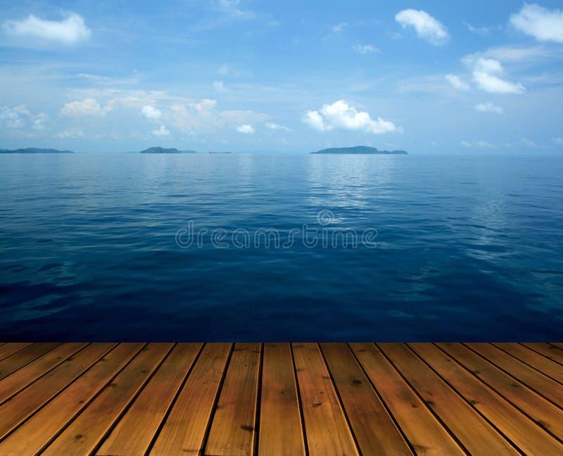 Download Океан с полом неба и древесины Стоковое Фото - изображение насчитывающей древесина, озеро: 37928412