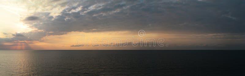океан 3d представляет заход солнца стоковая фотография