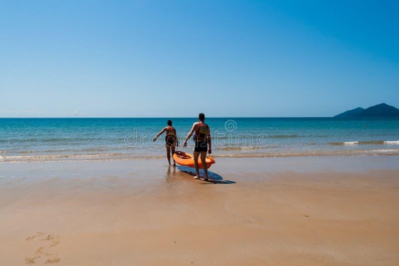 Океан Kayak мальчика девушки стоковое фото rf