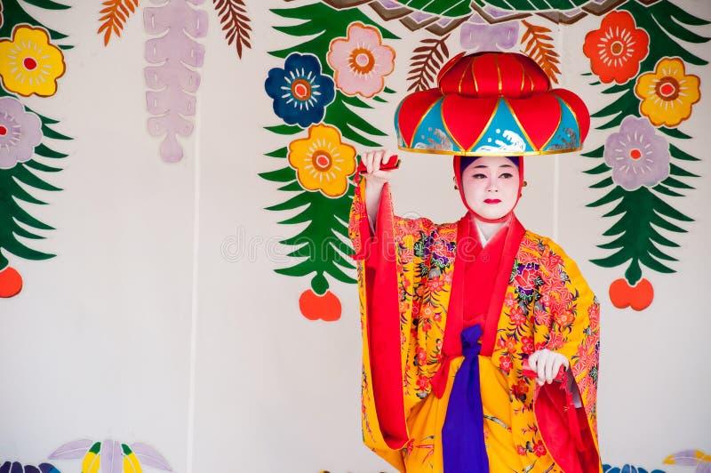 Окинава, Япония - 10-ое марта 2013: Неопознанный женский танцор в стоковые фото