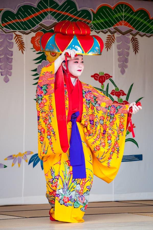Окинава, Япония - 10-ое марта 2013: Неопознанный женский танцор в стоковое изображение