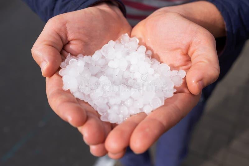 Оклик в кавказских руках женщины после hailstorm стоковое фото rf