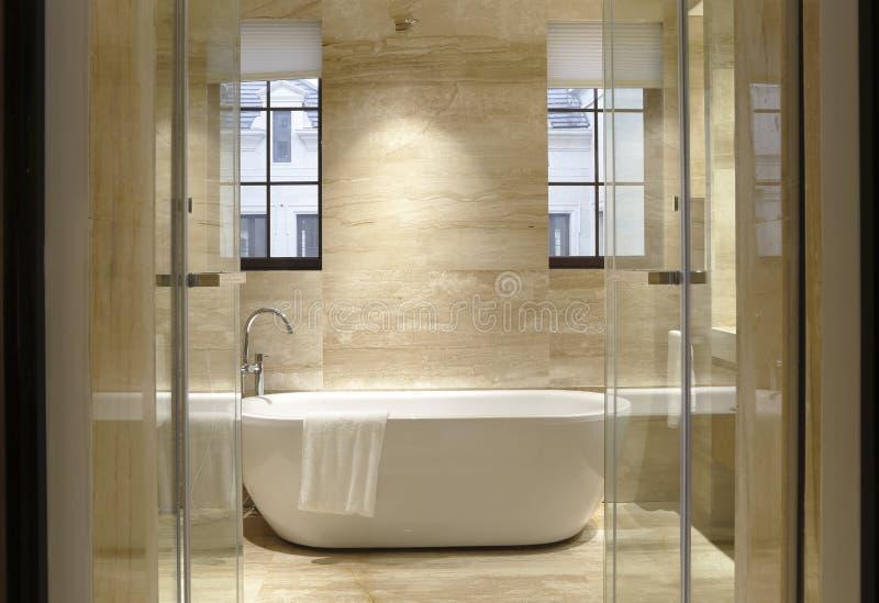 2 окна ванной комнаты стоковые изображения rf