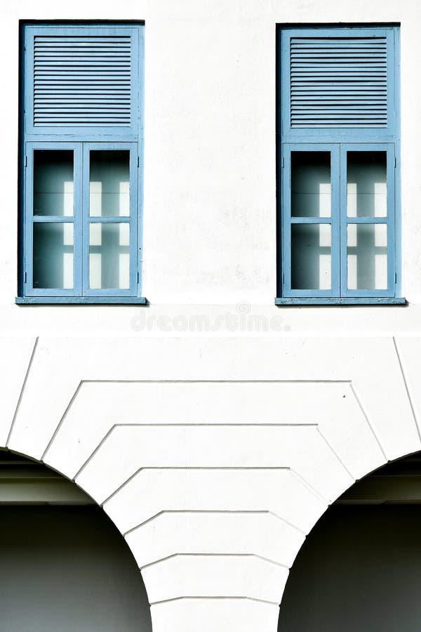 Окна великобританского дома колонии белые голубые стоковое фото rf
