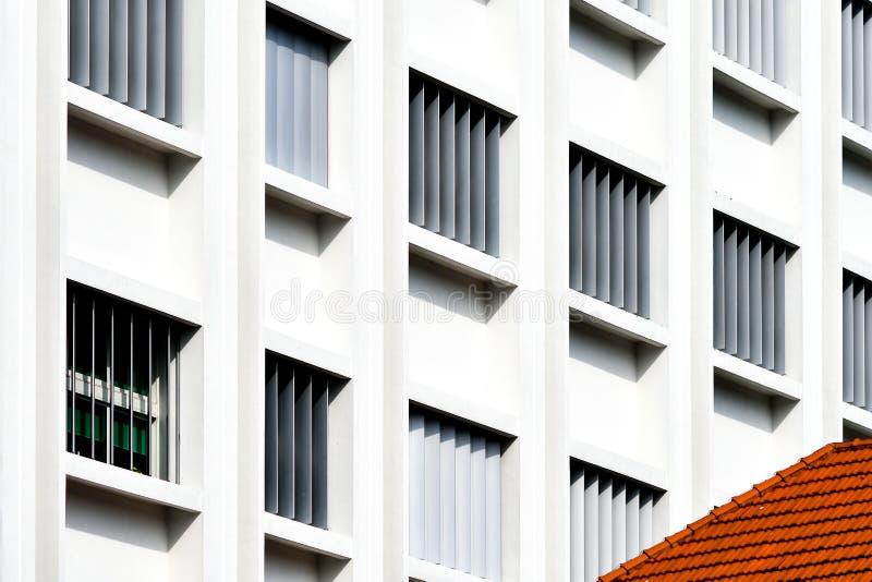 Окна великобританского дома колонии белые голубые стоковые фото