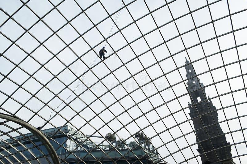 Окна окна в крыше человека очищая, Лидс, Англия стоковые изображения rf