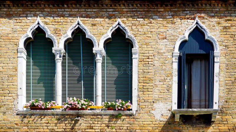 4 окна в форме свода и старой кирпичной стене спада стоковое изображение rf
