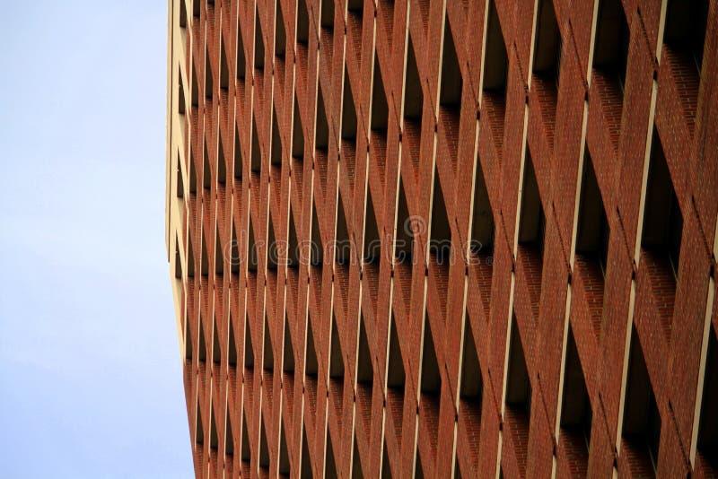 окна здания кирпича коричневые высоко красные урбанские стоковые фотографии rf