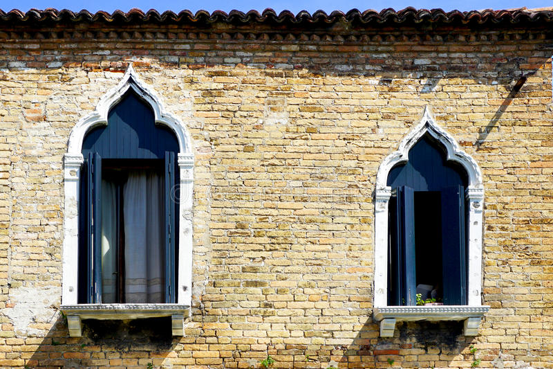 2 окна и старой кирпичная стена стоковые фотографии rf