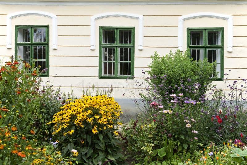 Окна и цветки старая низкой - австрийский дом фермы в Нижней Австрии, Weinviertel стоковое фото