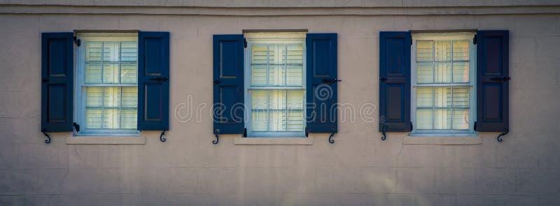 3 окна и шторки стоковое фото