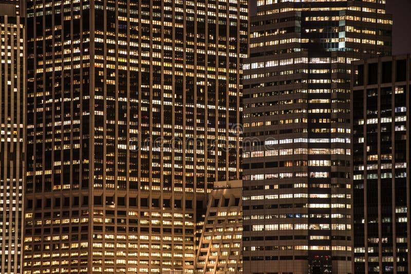 Окна небоскребов на ноче в Нью-Йорке стоковые фотографии rf