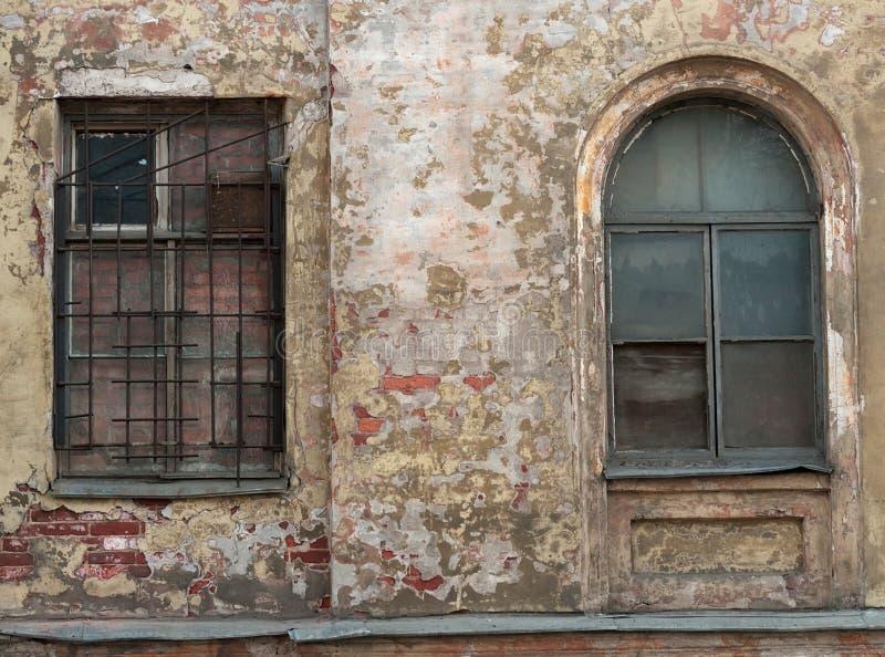 Download 2 окна, одного заперли на предпосылке старую стену Стоковое Изображение - изображение насчитывающей наведенное, крошить: 40581161