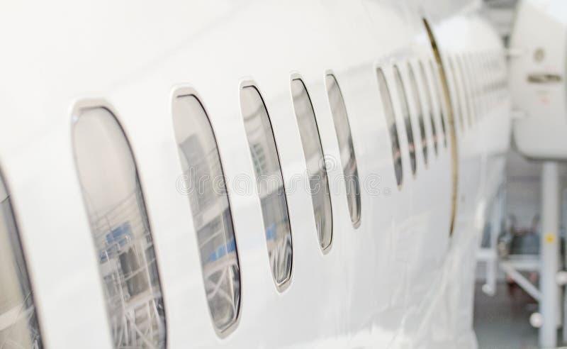 Окна пассажирского самолета стоковая фотография
