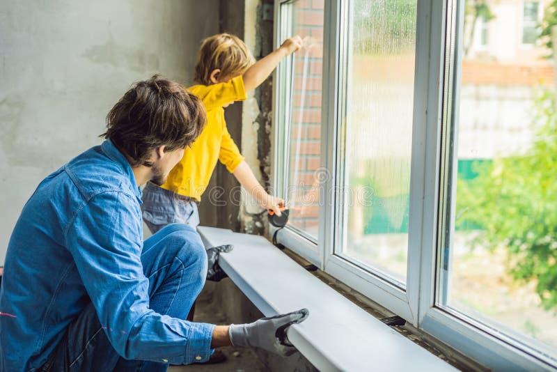 Окна ремонта отца и сына совместно Отремонтируйте дом себя стоковые фото