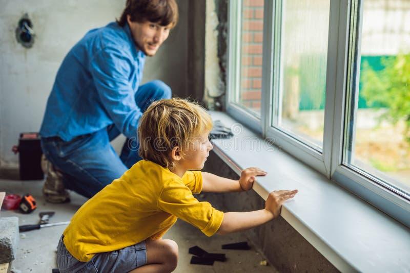 Окна ремонта отца и сына совместно Отремонтируйте дом себя стоковые изображения rf