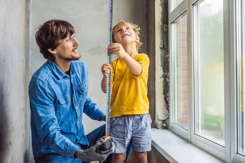 Окна ремонта отца и сына совместно Отремонтируйте дом себя стоковое фото rf