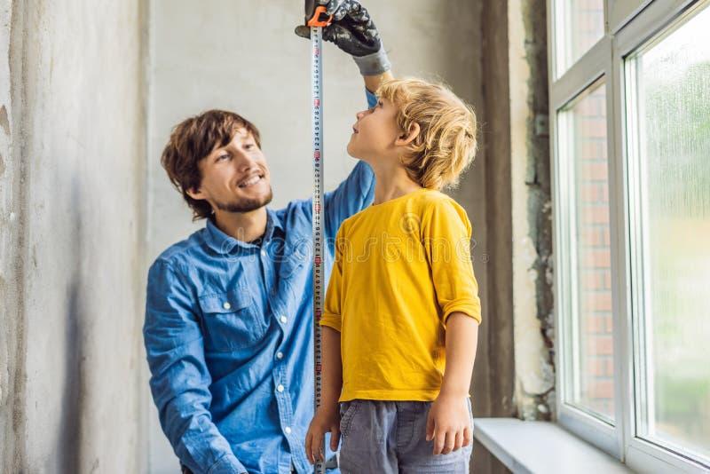Окна ремонта отца и сына совместно Отремонтируйте дом себя стоковое изображение rf