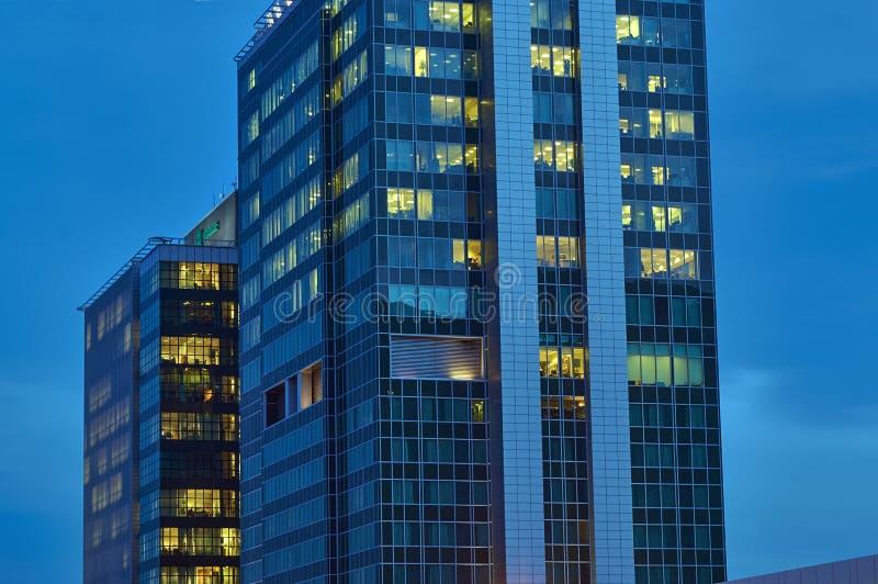 Окна современных офисных зданий стоковые фото