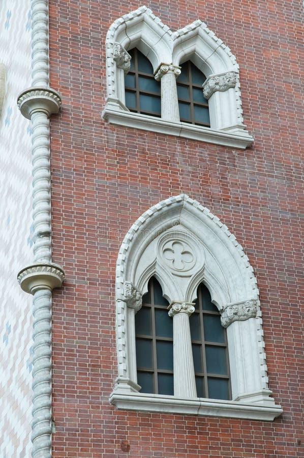 окна стены кирпича цветастые богато украшенный стоковое изображение rf
