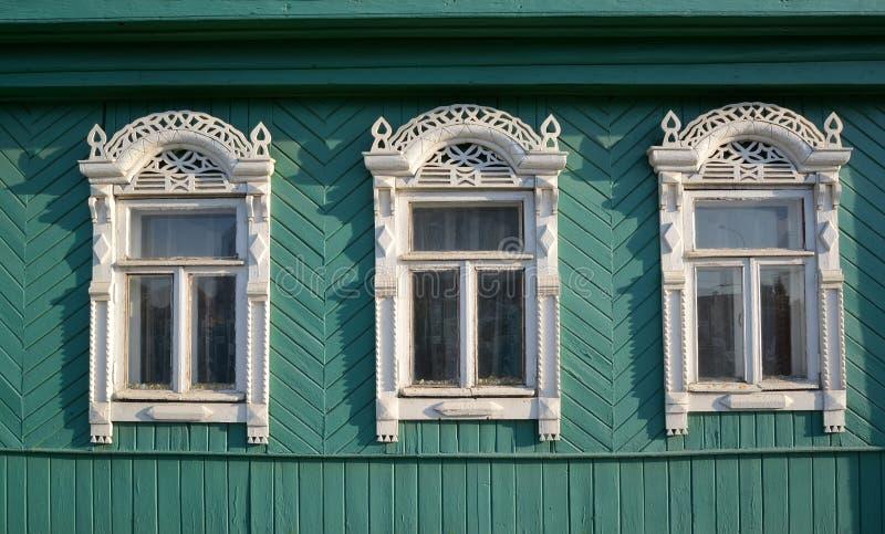 3 окна с platbands высекаенными белизной стоковое изображение