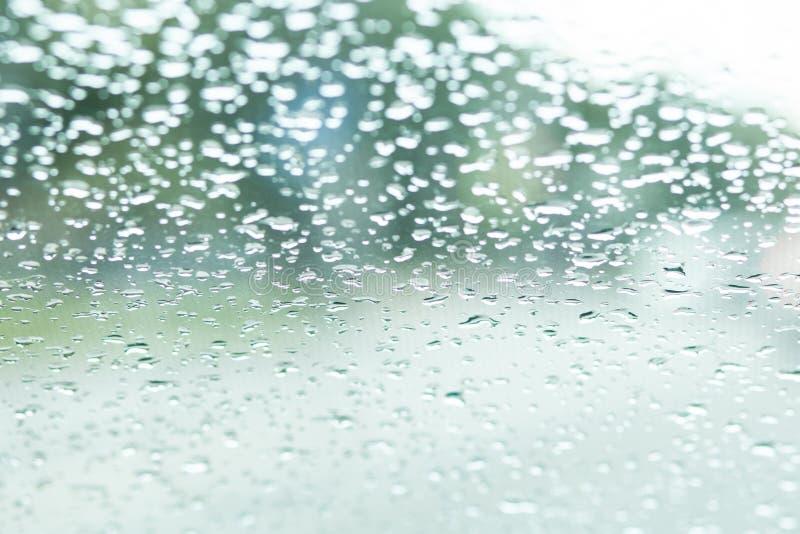 Окно автомобиля в дожде Дождливые падения стоковое изображение rf