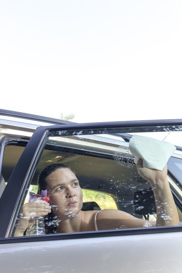 Окно автомобиля чистки на солнечном утре стоковое изображение rf