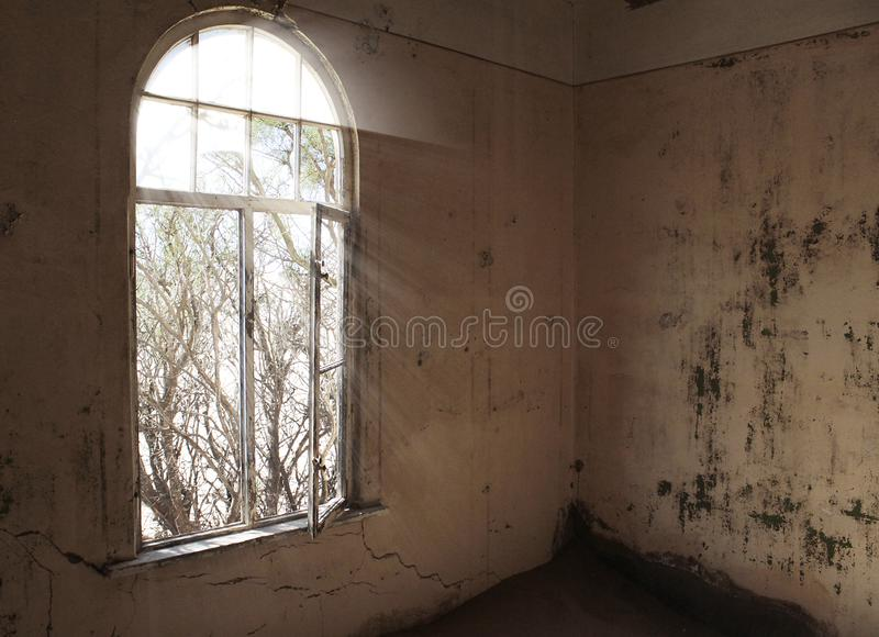 Окно без стеклянных и грязных стен в получившемся отказ доме стоковая фотография rf