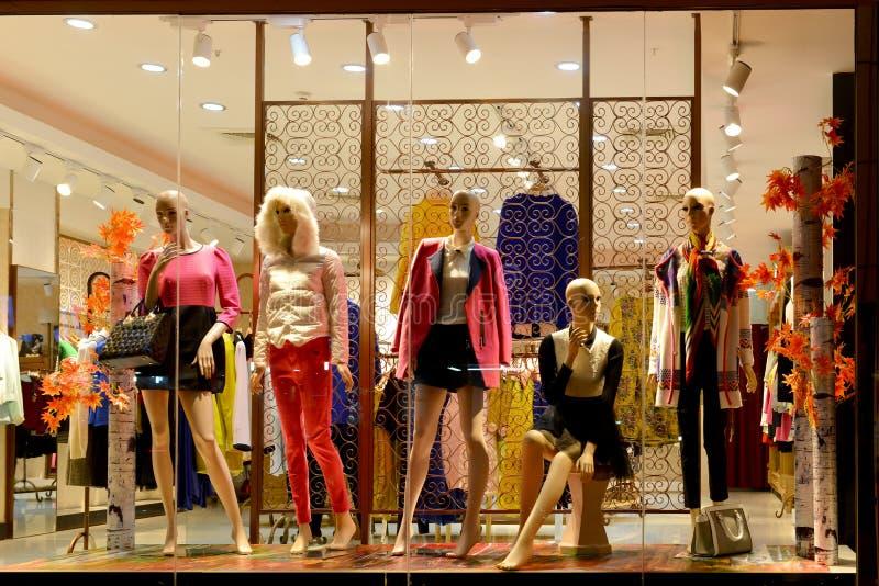 Окно бутика, магазин одежды моды, витрина моды в торговом центре, окне магазина платья принятом на ночу стоковые изображения
