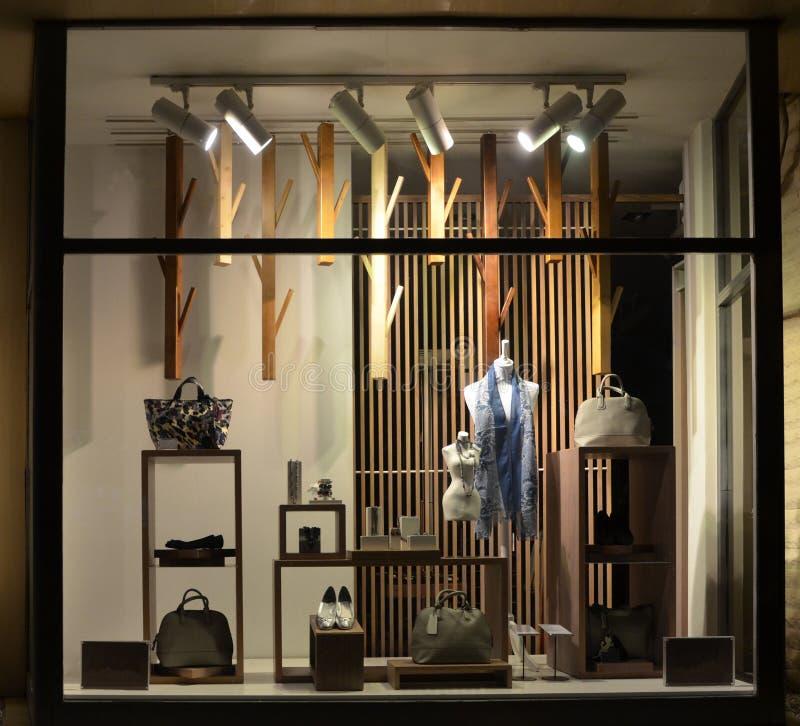 Окно бутика с ботинками, сумками и манекеном стоковые изображения rf