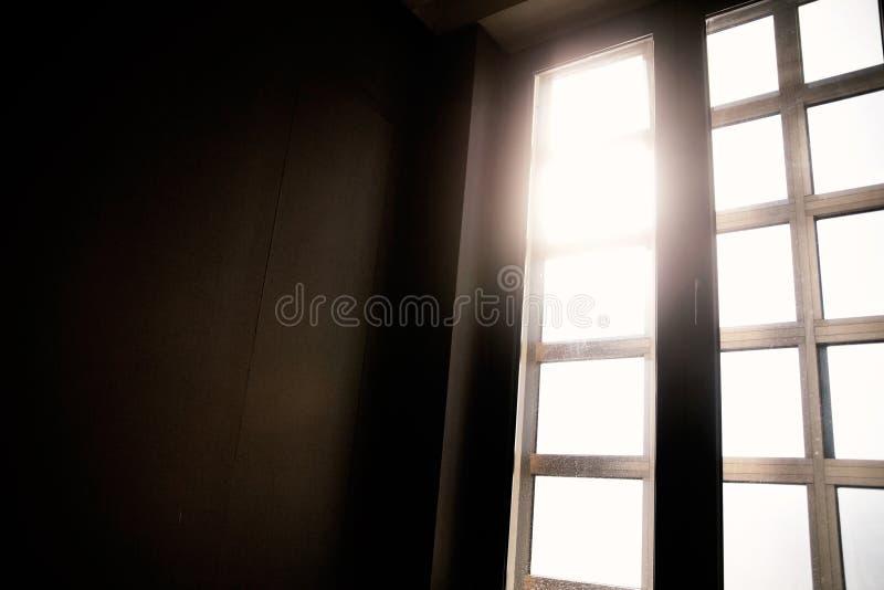 Окно в конце коридора стоковое изображение