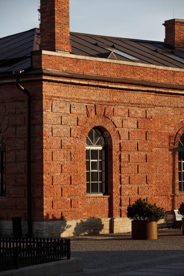 Окно в красивом кирпичном здании Фрагмент красного кирпичного дома в солнечную погоду стоковое изображение