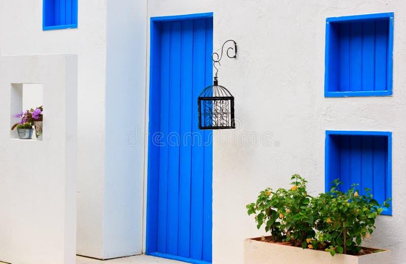 окно голубой цветастой дома двери самомоднейшее стоковая фотография rf