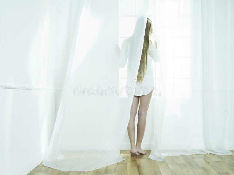 окно девушки стоковая фотография rf