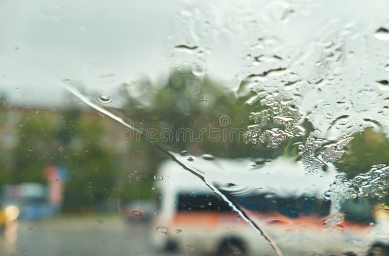 Окно дождя автомобиля как влажная предпосылка с капельками воды стоковая фотография rf