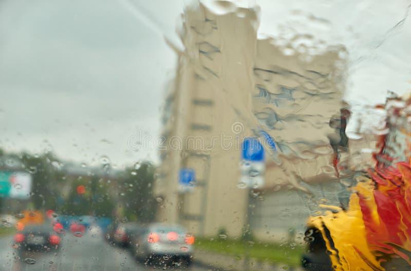 Окно дождя автомобиля как влажная предпосылка с капельками воды стоковые фотографии rf