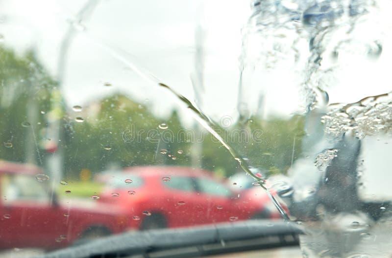 Окно дождя автомобиля как влажная предпосылка с капельками воды стоковое фото rf