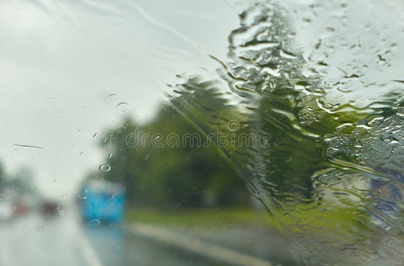 Окно дождя автомобиля как влажная предпосылка с капельками воды стоковые изображения