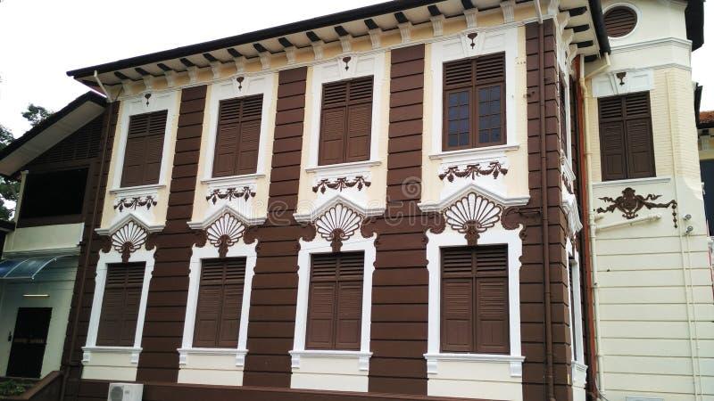 Окно деревянной рамки с белой картиной стены стоковые фотографии rf