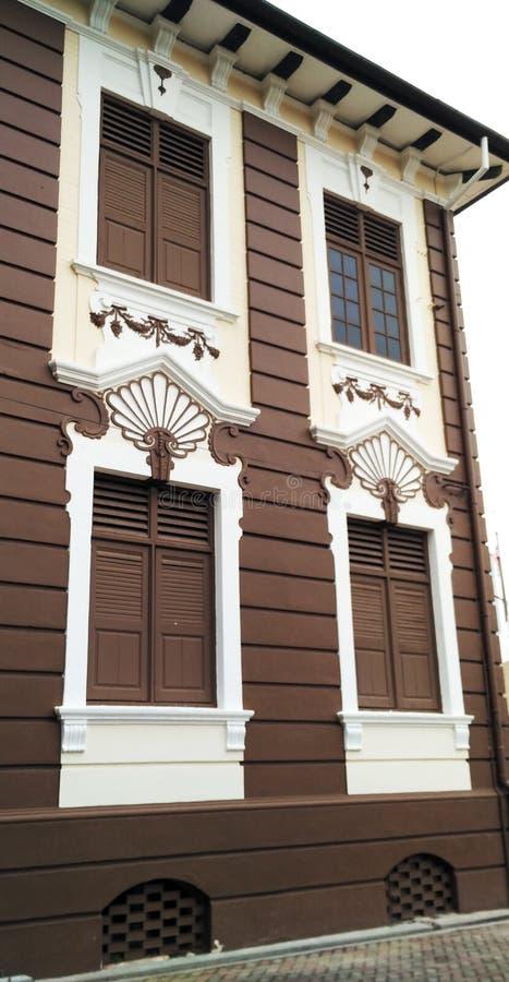 Окно деревянной рамки с белой картиной стены стоковые изображения