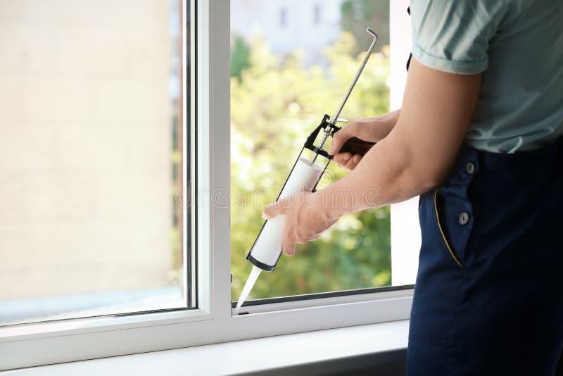 Окно запечатывания рабочий-строителя с caul стоковое изображение rf