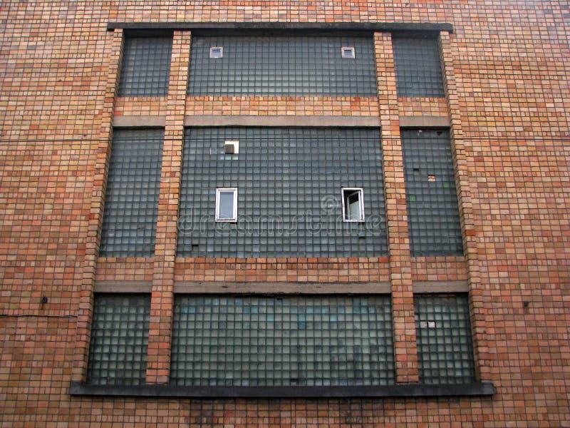 Окно здания просторной квартиры фабрики Gigant старое на твердом красном кирпиче i стоковая фотография rf