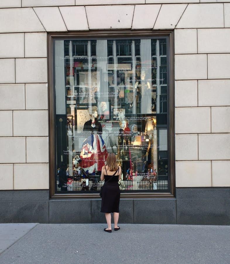 Окно дисплея главы семьи Bergdorf, Нью-Йорк, NY, США стоковое фото