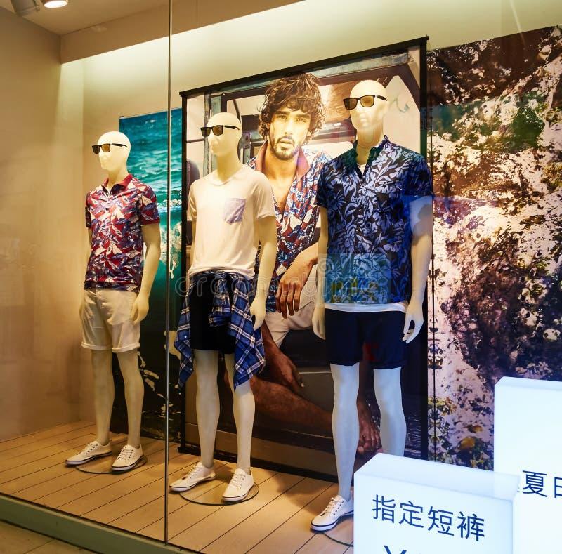 Окно дисплея магазина одежды людей стоковые изображения rf
