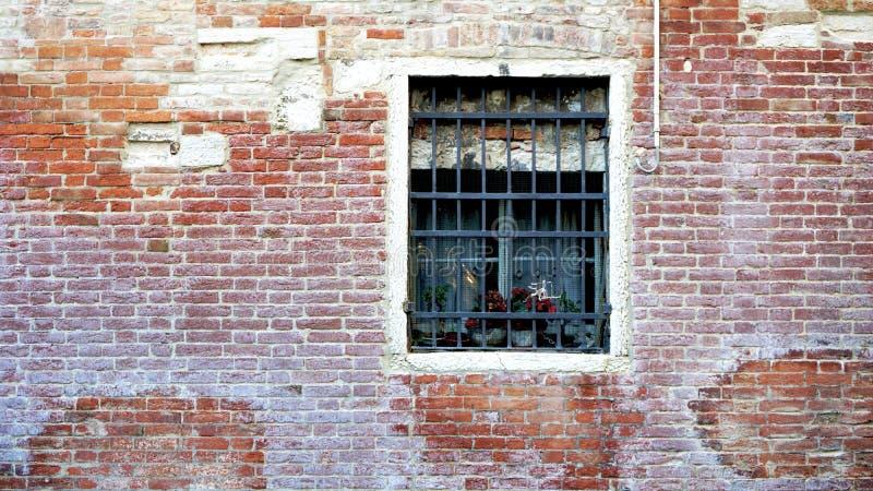 Окно и старое здание кирпичной стены стоковое изображение