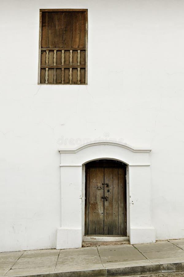 окно колониальной стены двери белое деревянное стоковые фотографии rf