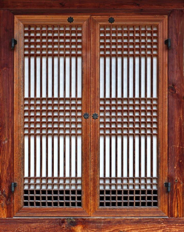 Окно корейского стиля традиционное деревянное с закрытой зашнурованной штаркой стоковое изображение